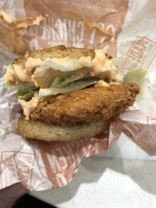 マクドナルドの″ごはんバーガー″全く美味しくなくて草。モスバーガーの″ライスバーガー″の方が遥かに美味えわ!